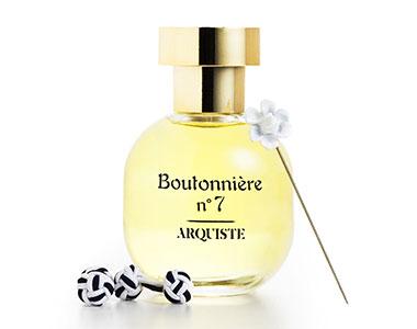 Boutonnière n°7 di Arquiste. Una gardenia pensata per l'eleganza maschile