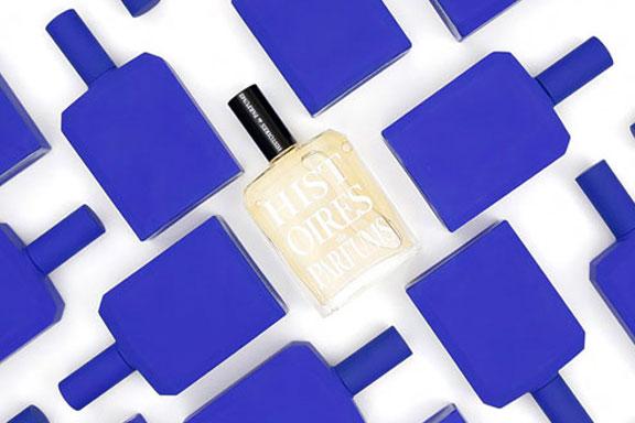 This is not a blue bottle. Histoires de Parfums distilla l'essenza del colore blu